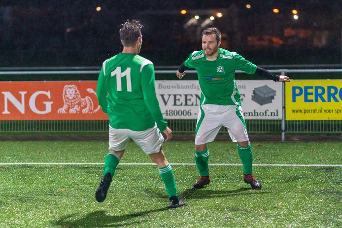 Sjoerd Veldhorst viert de 2-0 van SVHA met ploeggenoot Luc Dekker (11) Foto Fons Sluiter