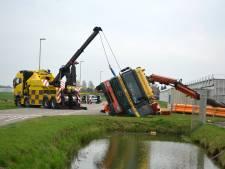 Vrachtwagen kantelt bij lossen lading buizen in Huissen