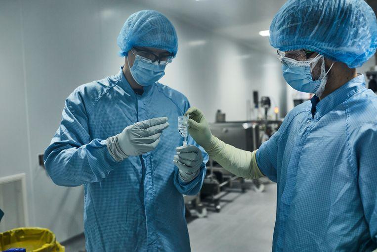 Een steekproef wordt genomen om een kwaliteitscontrole uit te voeren op afgewerkt vaccin. Beeld BELGAIMAGE