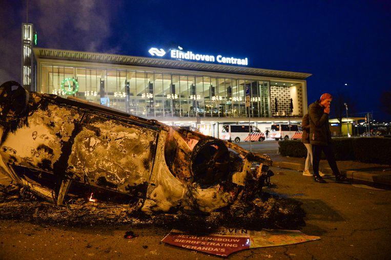 Bij het station Eindhoven Centraal werd een auto van ProRail in brand gestoken door relschoppers.  Beeld BSR Agency