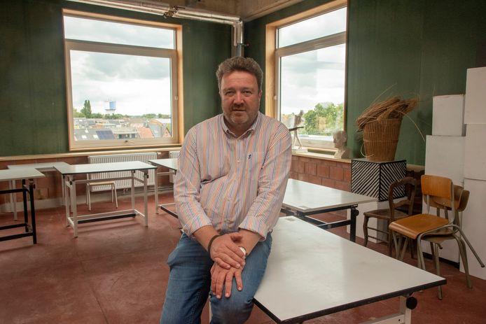 Directeur Lieven De Geest van de kunstenacademie Wetteren