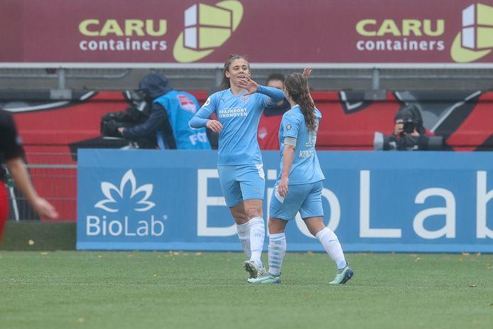 Joëlle Smits viert een doelpunt met Jeslynn Kuijpers.