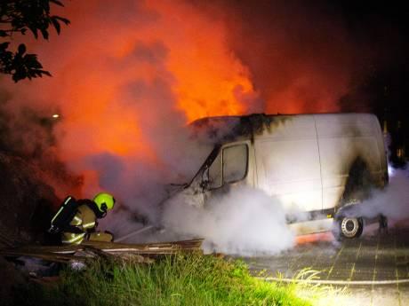 Bestelbus in Crabbehof gaat in vlammen op