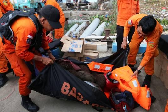 Hulpverleners bergen bezittingen van de opvarenden in veiligheid