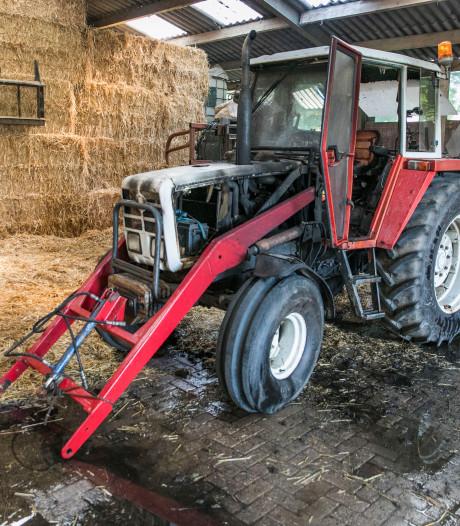 Tractor vat vlam in Bemmelse loods vol met stro