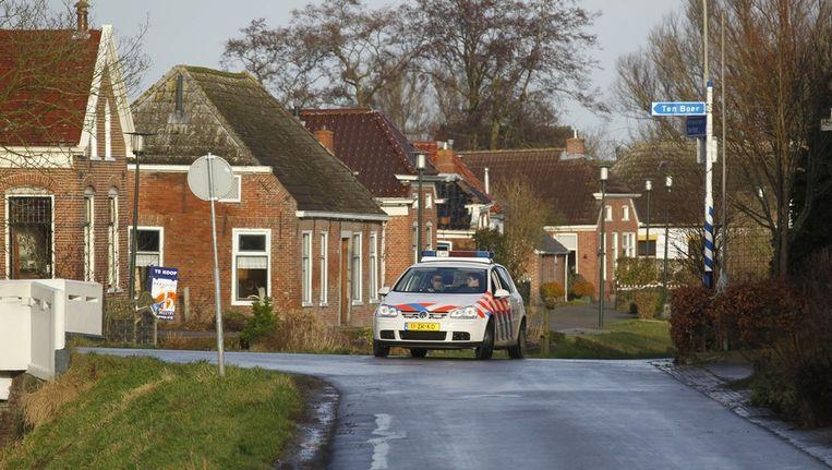 Politie houdt de wacht in het geevacueerde dorp Woltersum bij de stad Groningen. Beeld anp