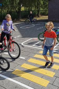 Rotondes en verkeersborden op het schoolplein: Hengstdijk heeft eerste Zeeuwse ANWB-verkeersplein