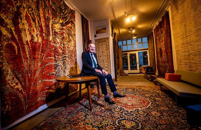 """Jan Lokhorst in zijn nieuwe tapijtzaak. ,,Het getuigt weer van goede smaak als je een mooi tapijt koopt."""""""