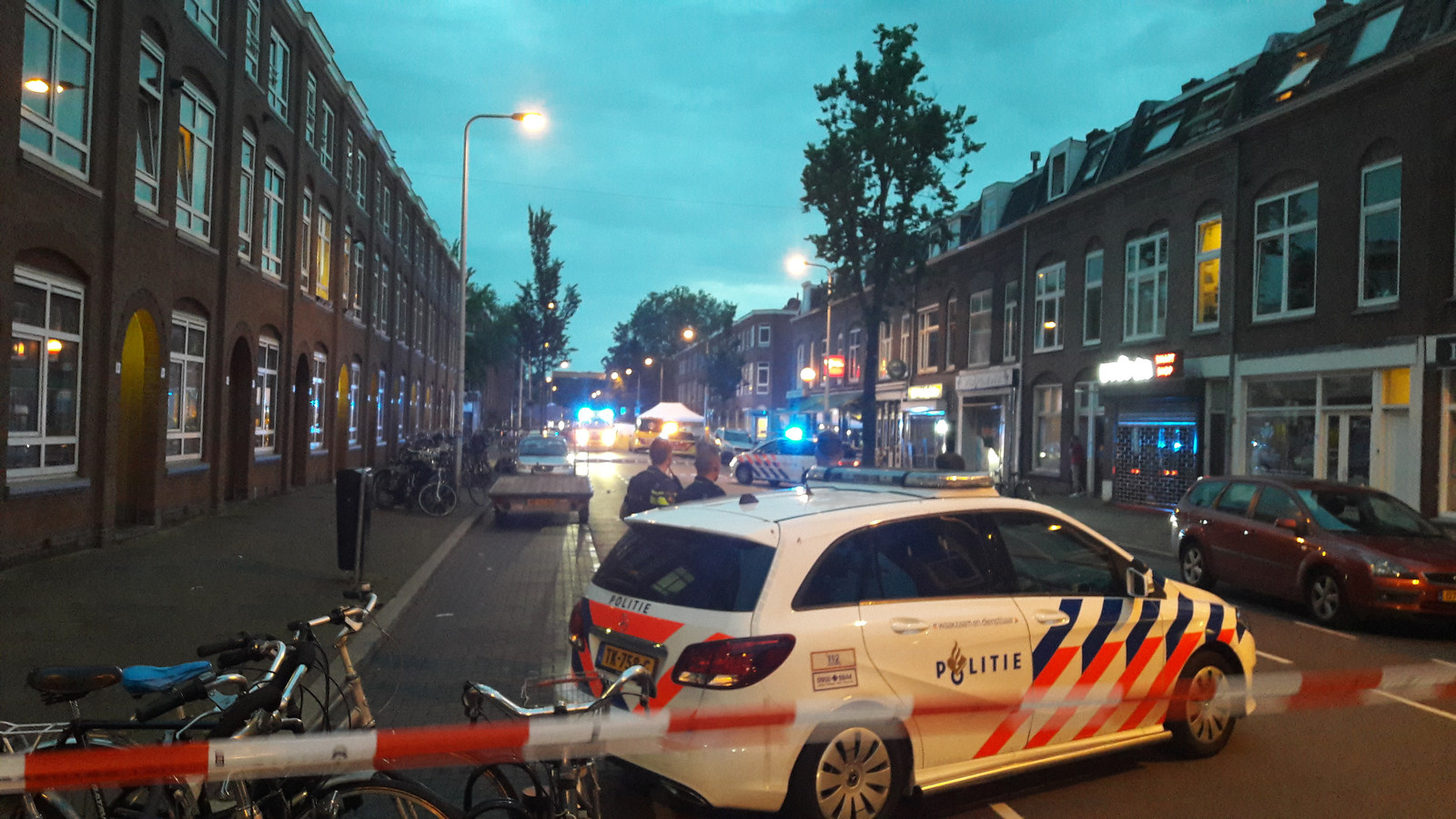 De politie doet onderzoek op de Kanaalstraat na de schietpartij.