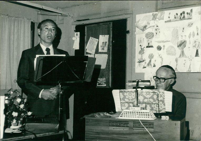 Maurice Schellekes (links) zingt, omstreeks 1973.  Beeld Privéarchief