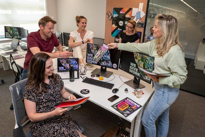 Bij YoungCapital, opgericht door Alphenaar Hugo de Koning, zien werknemers het kantoor liever als ontmoetingsplek dan een plek waar je 'veertig uur per week aan het rammen bent'.