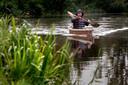 Kunstenaar Jeroen Offermans in zijn kano.