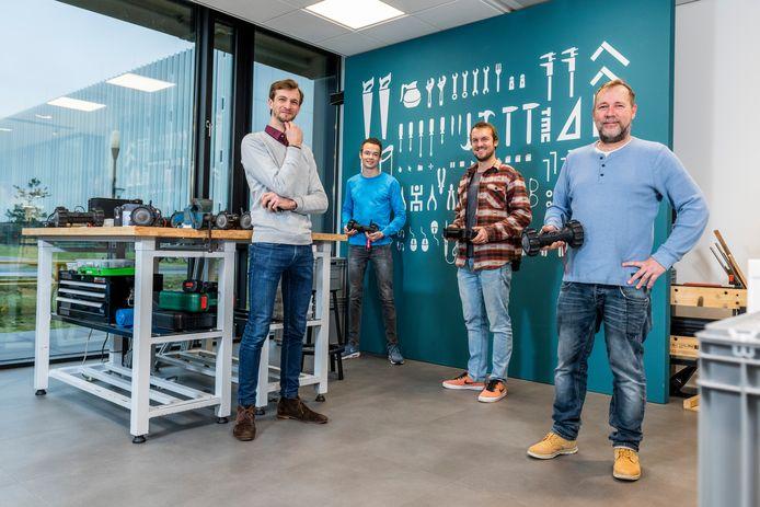 Projectleider Danny Hameeteman (links) van de 'Throwabot' en collega's Jelle van Rooij, Bart van Liere en Toine Kuipers in het Entrepreneurial Lab van TMC in Eindhoven.