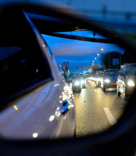 Meerdere auto's op elkaar bij Nieuwerbrug