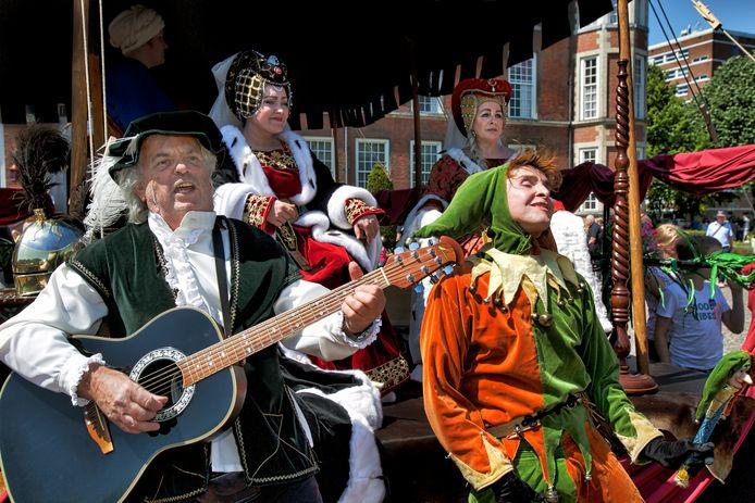 Nassaudag in de binnenstad van Breda. Een minstreel en een nar vermaken de adellijke dames onder hun luifel op het plein voor het kasteel van Breda.
