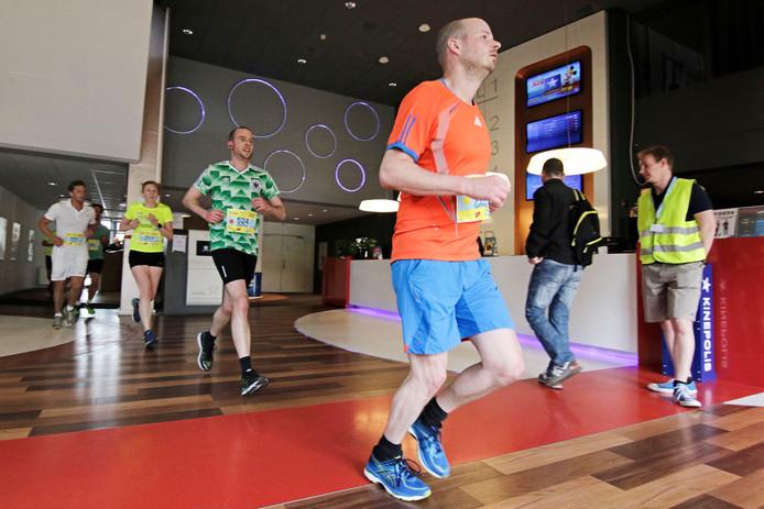 Deelnemers rennen door bioscoop Utopolis.