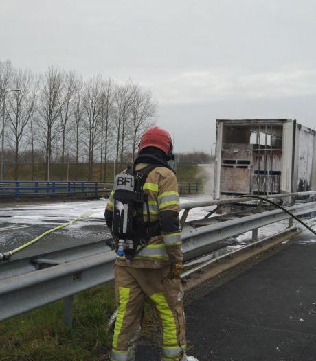Weg in Lelystad afgesloten na brand in aanhanger vrachtwagen