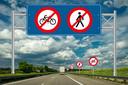 verboden te fietsen en lopen op de snelweg
