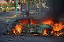 Een Israëlische politiewagen gaat in vlammen op in Lod tijdens rellen.