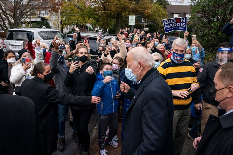 Joe Biden in gesprek met Amerikanen in Scranton, Pennsylvania.  Beeld Getty Images