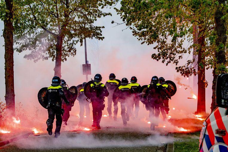 Zaterdag bekogelden Feyenoord-fans de politie met vuurwerk en stenen. Beeld ANP
