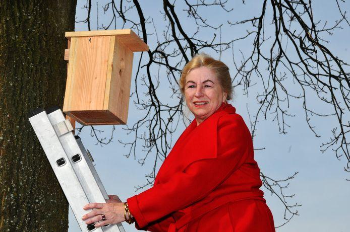 Mechteld ten Doesschate stopt ermee in 2022. Hier helpt ze mee met het ophangen van nestkastjes voor koolmeesjes in het kader van de bestrijding van eikenprocessierups.
