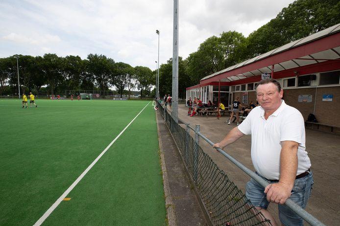 Manuel ter Maat, voorzitter van Hockey Vereniging Zevenaar (HVZ). Twee kunstgras velden van HVZ zijn aan vervanging toe: ,,Daar hangt wel een prijskaartje aan.''