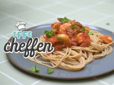 Volkoren spaghetti met pittige tomatensaus en gamba's in 3 stappen