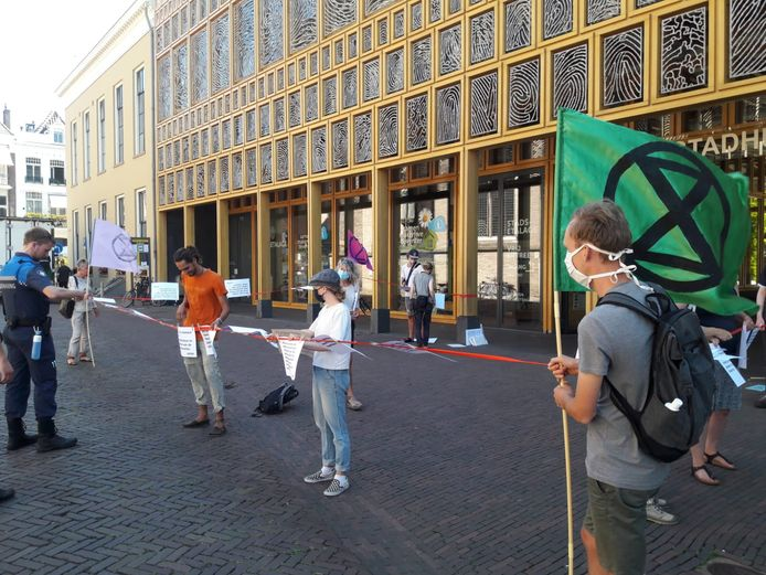 De Deventer tak van Extinction Rebellion protesteerde vandaag bij het Stadskantoor in Deventer.