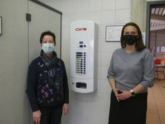 """Aarschot is eerste stad met automaten voor gratis maandverband in alle middelbare scholen: """"Als mannen zouden menstrueren, was dit al veel langer gebeurd"""""""