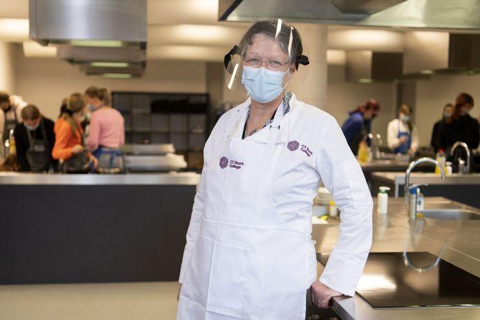 Docente Marijke van der Struik voor de klas. Ze maakt zich zorgen over het besmettingsgevaar maar wil ook haar leerlingen zo goed mogelijk begeleiden. Dilemma dus.