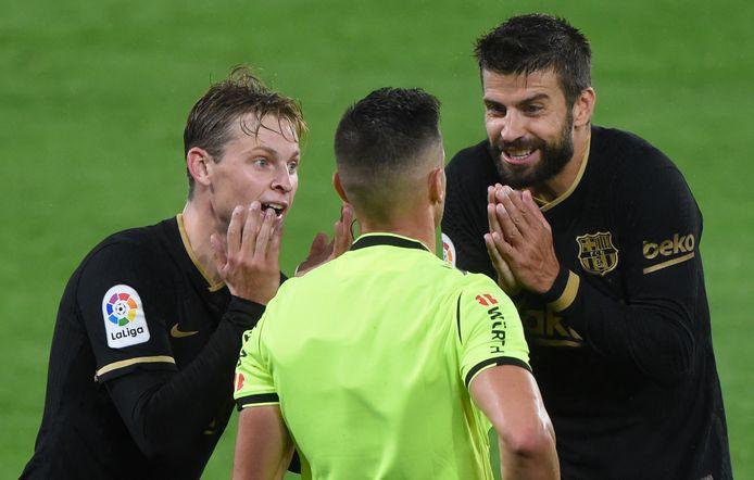 Onbegrip bij Frenkie de Jong  en Gerard Pique over een beslissing van arbiter Carlos del Cerro.