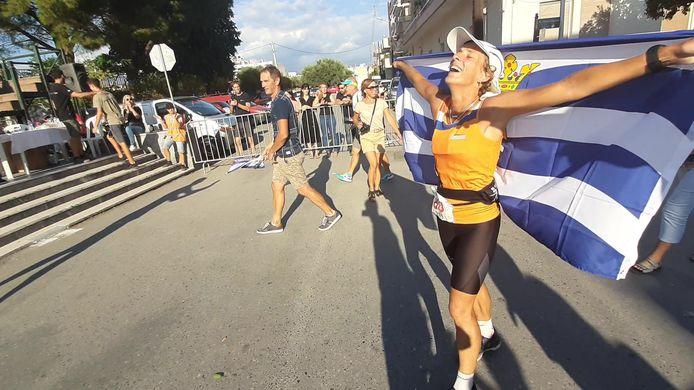 Leonie Ton na haar finish bij de Spartathlon van 2019.