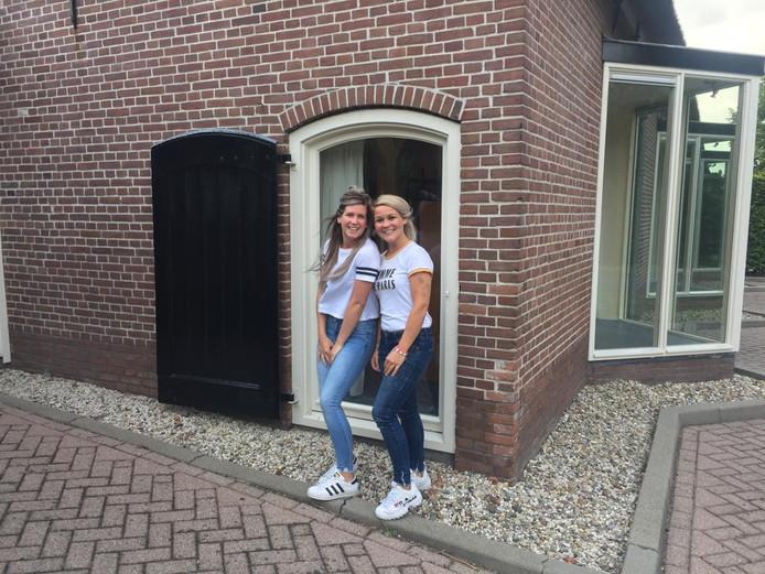 Lisa de Hoop (links) en Marie-Michelle Pompe starten kinderdagverblijf MamaLi.