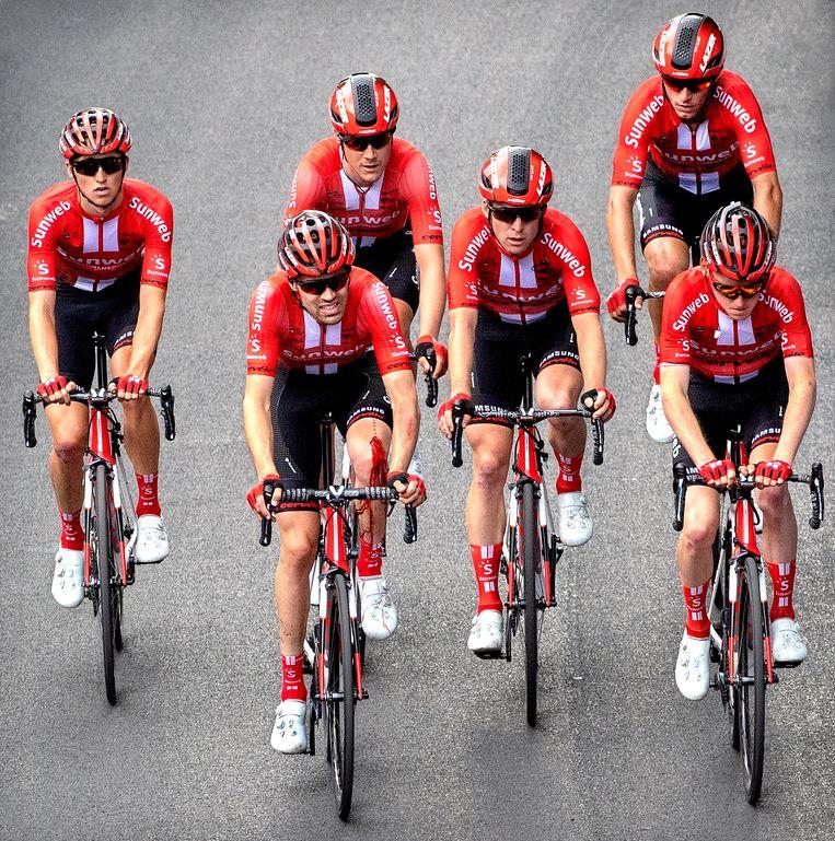 Tom Dumoulin (tweede van links) tijdens de Giro van 2019  na een valpartij.  Beeld Klaas Jan van der Weij