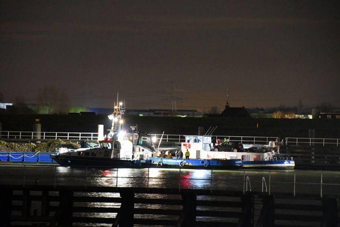 Binnenvaartschip Solist wordt in de haven van Hansweert geholpen door sleepboten.