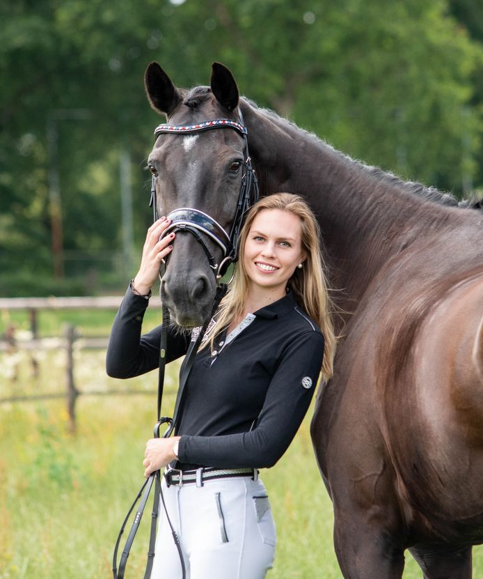 Carlijn Huberts met haar paard Watoeshi.