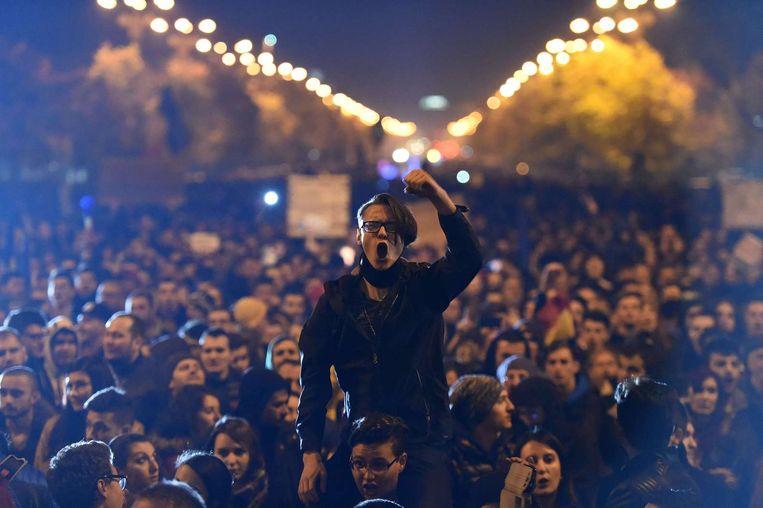 Roemenen zijn vandaag weer de straat opgegaan om te demonstreren tegen de politieke elite. Gisteren kondigde premier Victor Ponta al zijn aftreden aan. Directe aanleiding is de brand in de nachtclub Colectiv, waarbij vrijdag 32 mensen omkwamen en 180 mensen gewond raakten. Beeld Reuters