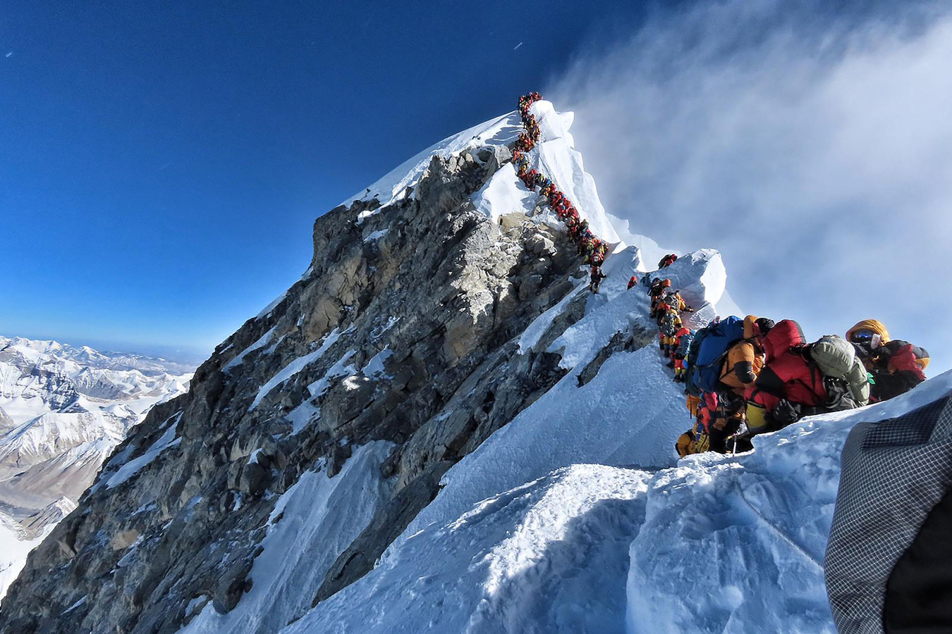Des photos impressionnantes montraient ces derniers jours une longue queue d'alpinistes emmitouflés piétinant en crampons les uns derrière les autres sur l'arête située entre la cime et le col Sud, où se trouve l'ultime campement du versant népalais.