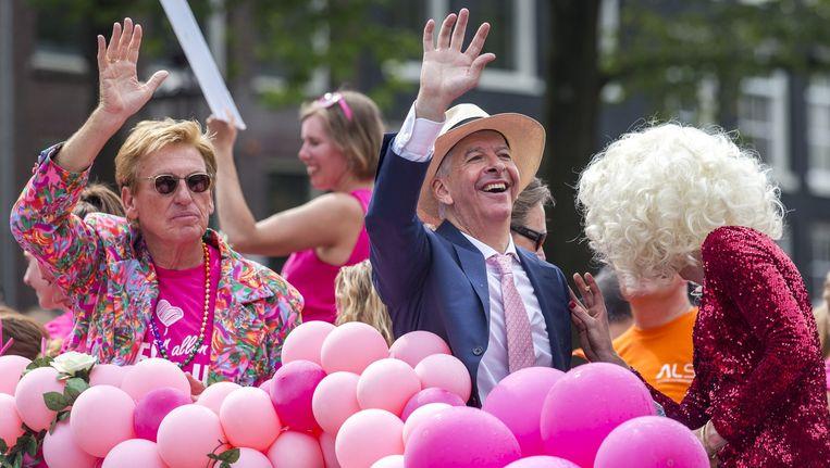 Minister Ronald Plasterk (R) van Binnenlandse Zaken en Henny Huisman tijdens de Gay Pride. Beeld anp