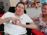 Charlie (44) communiceert alleen met zijn voet, maar kreeg nieuwe computer niet vergoed: het lukte tóch