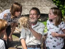 Henk (66) leerde 62.000 Haagse leerlingen bij School in Bos hoe je het best een vuurtje kan stoken
