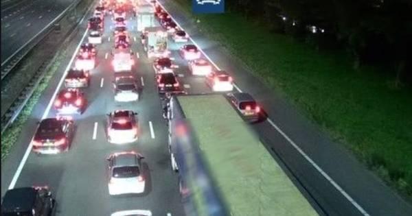 Ongeluk met vrachtwagen op A28 bij Harderwijk: weg na afsluiting weer vrij.