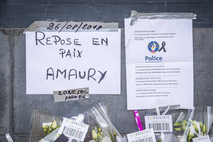Bloemen op de Avenue Reine Astrid ter nagedachtenis van de doodgeschoten agent. Er zijn drie Nederlanders aangehouden die mogelijk iets te maken hebben met de schietpartij.