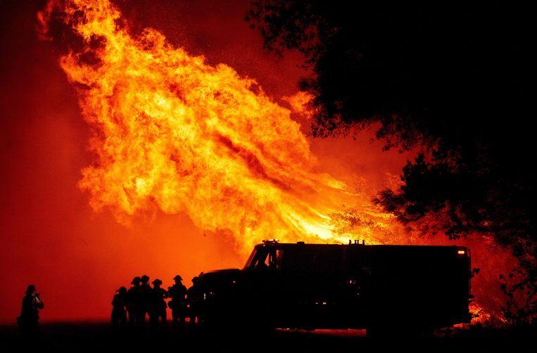 Brandweermannen bij het verwoestende vuur in Californië.  Beeld AFP