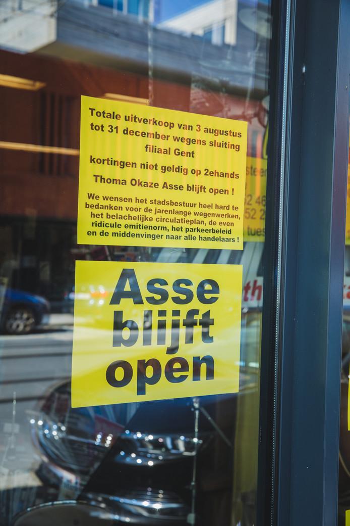 Aan het raam hangt een niet mis te verstane boodschap.