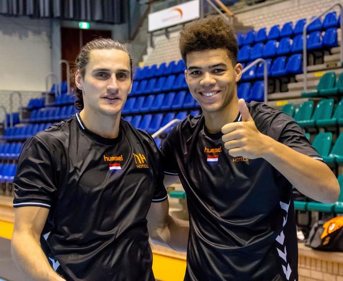 Iso Sluijters (l) en Ephrahim Jerry, handballers uit Eindhoven.