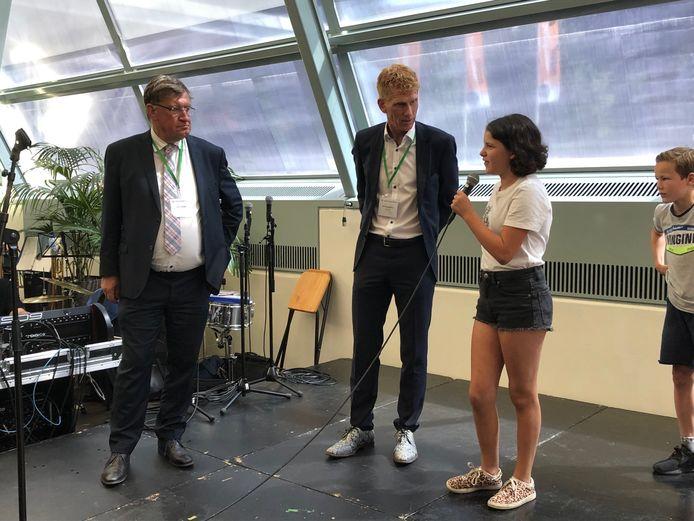 Burgemeester Hellegers en Bakermans, hier in gesprek met enkele jonge bezoekers, zijn tevreden over het Festival Gemeente Maashorst.