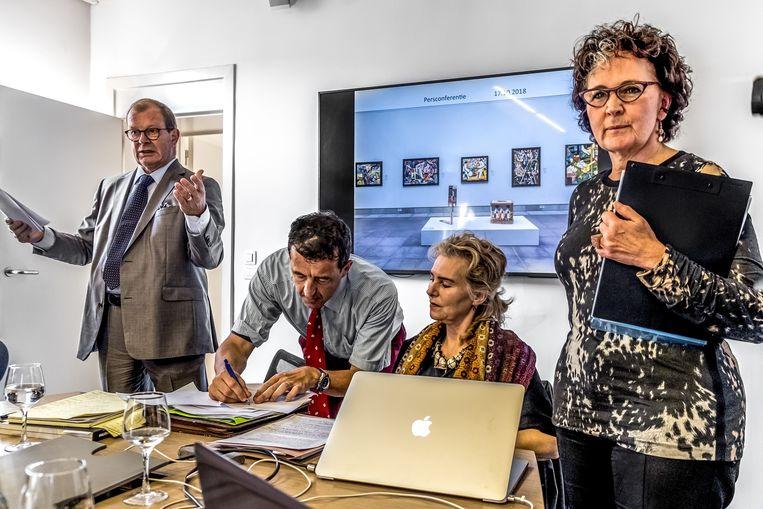 Een van de twee deurwaarders neemt notities tijdens de persconferentie van Cathérine De Zegher (tweede van rechts) en Igor Toporovski. Daar probeerden ze de echtheid van de collectie van Toporovski aan te tonen na bijkomende labotesten. Beeld ID/ Hatim Kaghat