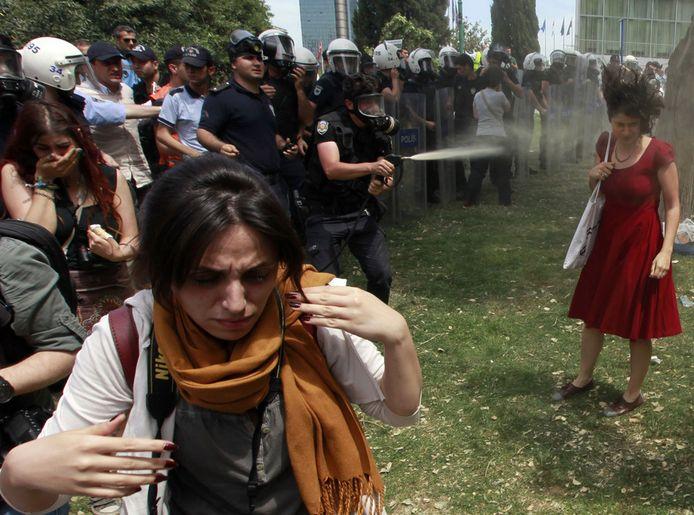 """Telle """"la liberté guidant le peuple"""", """"la femme à la robe rouge"""" est devenue, malgré elle, le symbole des manifestants turques en général, et des femmes en particuliers, qui contestent contre le radicalisme de Recep Tayyip Erdogan qui incarne menace pour leurs droits."""